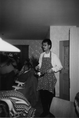 1990_Hoisdorf_ReinholdMai_beimEierbacken